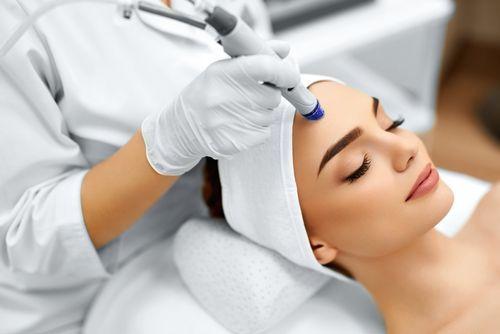 ما هي أهم علاجات الطب التجميلي في دبي؟ ، هيدرافيشيال ، تنظيف البشرة